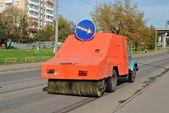 автомобиль, который удаляет мусор с асфальта стоит дорого в москве — Стоковое фото