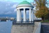 经典白色凉亭上海滨游乐园在莫斯科 — 图库照片