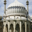 Lovers kiss brighton pavillion — Stock Photo