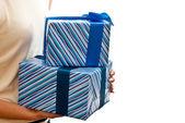 Blau Geschenke-Boxen in Händen — Stockfoto