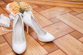 Bouquet and shoes — Stock Photo
