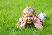 草でかわいい女の子. — ストック写真