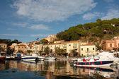Bateaux au coucher du soleil, porto azzurro, île d'elbe — Photo
