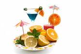 Plaat met vruchten en cocktails — Stockfoto