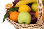 Primer plano de la canasta con frutas — Foto de Stock
