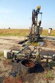 нефтяные скважины с загрязненный грунт — Стоковое фото