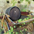 Old wooden barrel on the carriage — Stockfoto
