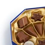 scatola di caramelle al cioccolato di diverse forme isolate su bianco clo — Foto Stock