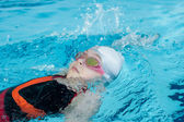 Girl swimming backstroke — Stock Photo
