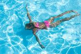 Girl enjoys an underwater swim — Stock Photo