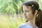 Retrato de perfil de linda chica morena permanente al aire libre rela — Foto de Stock