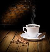 Siyah sıcak kahve fincan çikolata ve tarçın ile — Stok fotoğraf
