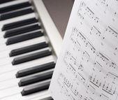 музыкальные ноты на изолированных студии композитор выстрел — Стоковое фото
