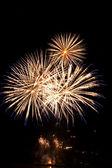 Fuoco d'artificio di alta qualità sulla città di notte fatta con ti lunga esposizione — Foto Stock