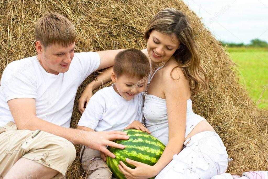 Фото в стогу сена для семьи идеи