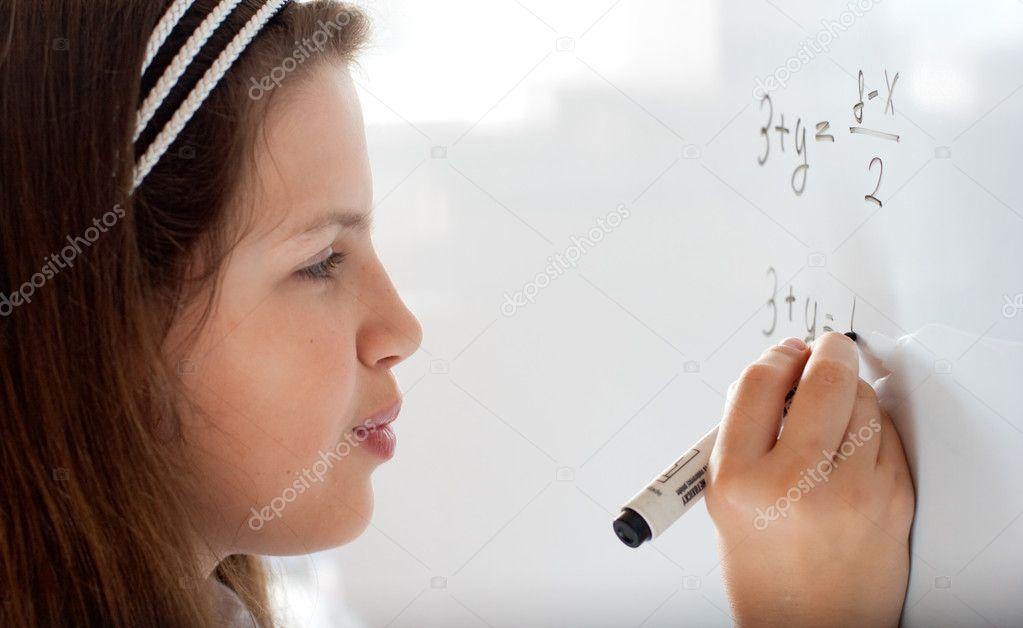 carino studentessa preadolescenziale scrivendo lettera sulla lavagna ...