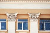 Decoración de edificios, estatuas de la vieja escuela y barelief — Foto de Stock