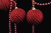 Bolas de natal vermelhas sobre preto — Fotografia Stock