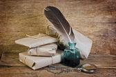 Gastos de envío en el fondo de un tablero de madera antiguo — Foto de Stock