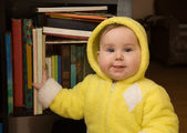 Baby and bookcase — Stockfoto