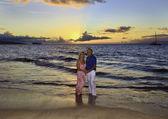 Altes Paar zu Fuß am Strand von maui — Stockfoto