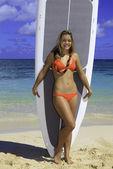 Genç kızın paddle kurulu ile ayakta — Stok fotoğraf