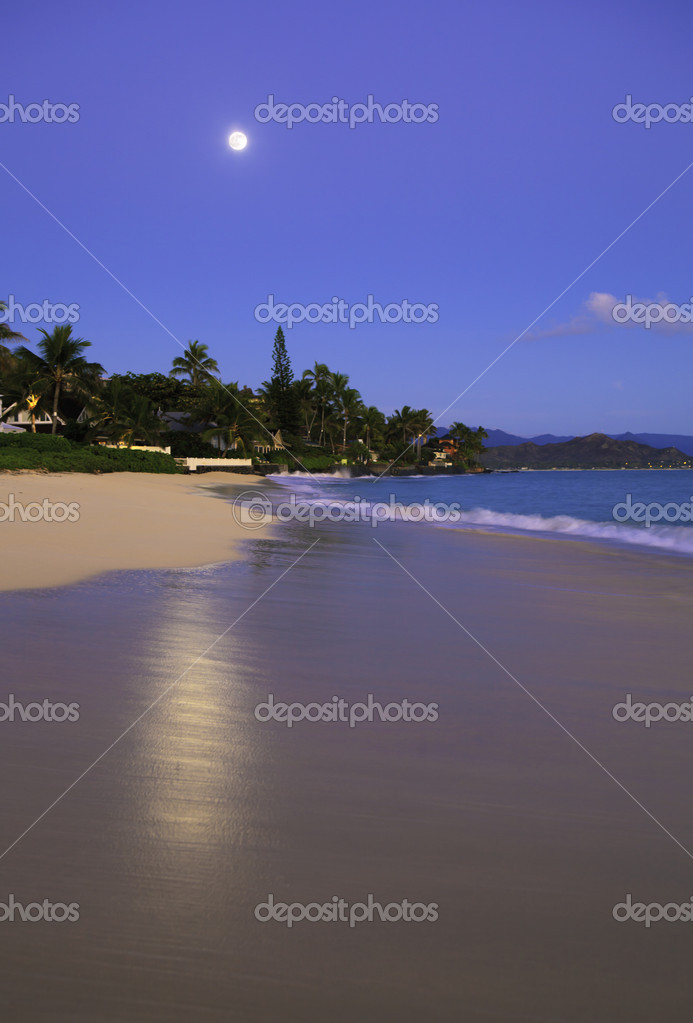 Full moon at daybreak on Lanikai Beach, Hawaii — Stock Photo #4358533