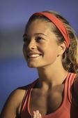 Yoga yaparken bir genç kadının portresi — Stok fotoğraf