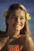 Plumeria saçında bir genç kız portresi — Stok fotoğraf