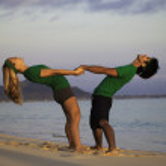 Couple on the beach exercising at sunrise — Stock Photo