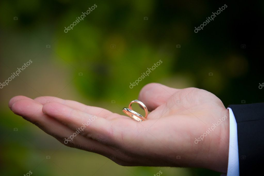 Old golden wedding rings on a man's hand — Stock Photo #4372948
