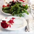 Laying of a festive table with flowers — Stock fotografie