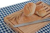 ломтики хлеба на вершине деревянный щит — Стоковое фото