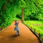 A little girl runs to meet. — Stock Photo