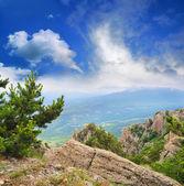 Uitzicht vanaf de bergen naar de vallei — Stockfoto