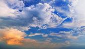 рельеф живописные облака — Стоковое фото