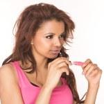 tillämpningen av rosa läppglans — Stockfoto
