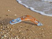 Bumerangue colorido numa praia — Foto Stock
