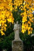 秋の天使の彫刻を葉します。 — ストック写真