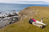 Couple on green grass - Iceland — Stock Photo