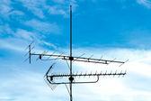 Oude analoge televisie-antenne tegen blauwe hemel — Stockfoto