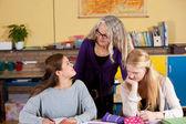 учитель с двумя студентами — Стоковое фото