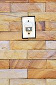 Bzučák zapnout cihlová zeď — Stock fotografie