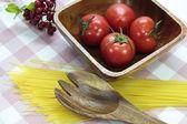 Ahşap plaka üzerinde domates — Stok fotoğraf