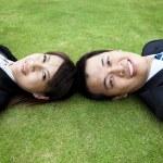 Молодая пара взрослых и лежали на траве — Стоковое фото
