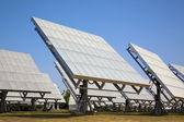 青空の下で太陽電池パネル — ストック写真
