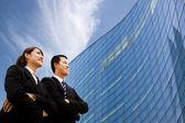 Business team stående tillsammans framför moderna byggnad — Stockfoto