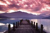美しい日の出と桟橋のビューの前に春の朝 — ストック写真