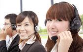 Equipe de serviço de cliente similing negócios ao telefone — Foto Stock