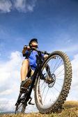 Mountain biker i niebieski na tle nieba — Zdjęcie stockowe